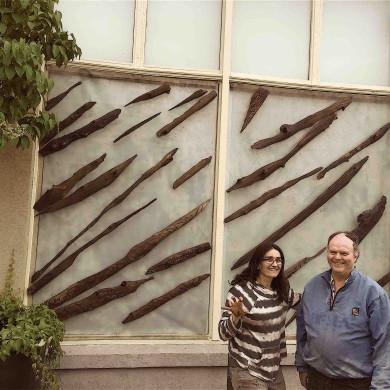 L'artiste Mélodie Coutou, alias la Ressourcière, qui a créé l'oeuvre au Tigre Géant et son fidèl ami Jean-Paul Carioux